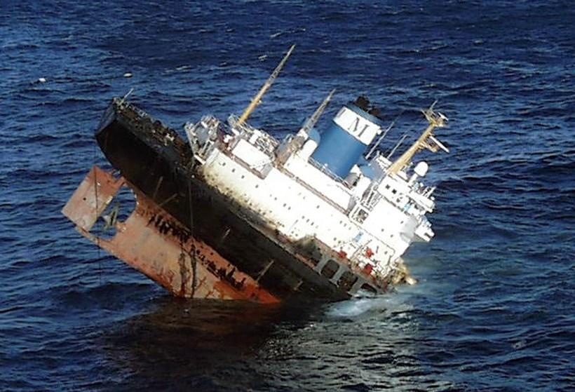 Olíuflutningaskipið Prestige brotnaði og sökk við norðvestanverðan Spán árið 2002.