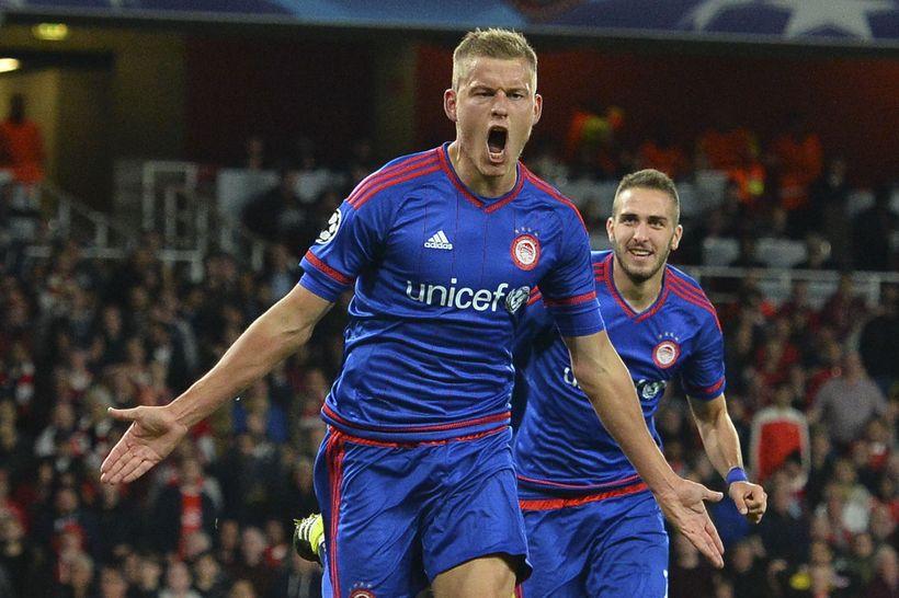 Alfreð Finnbogason fagnar marki gegn Arsenal.