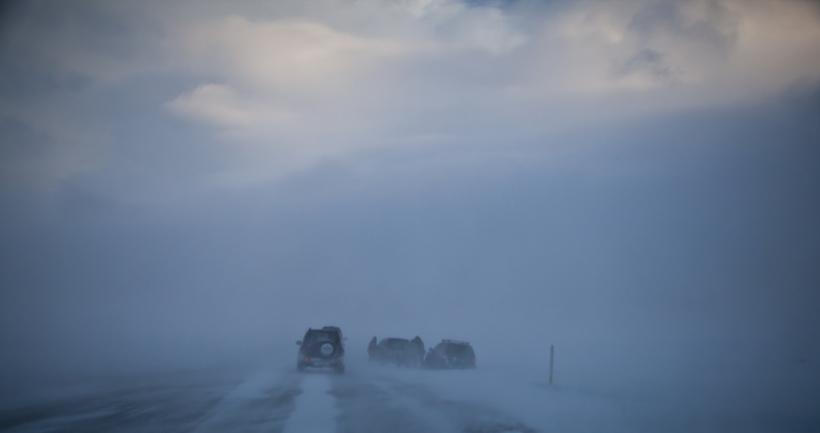 Hellisheiðin er lokuð og bílar hafa verið að fara út ...