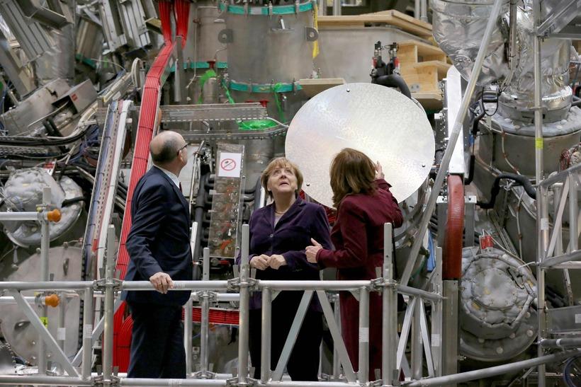 Angela Merkel, kanslari Þýskalands, ræsti kjarnasamrunaofninn í Max Planck-stofnuninni í ...
