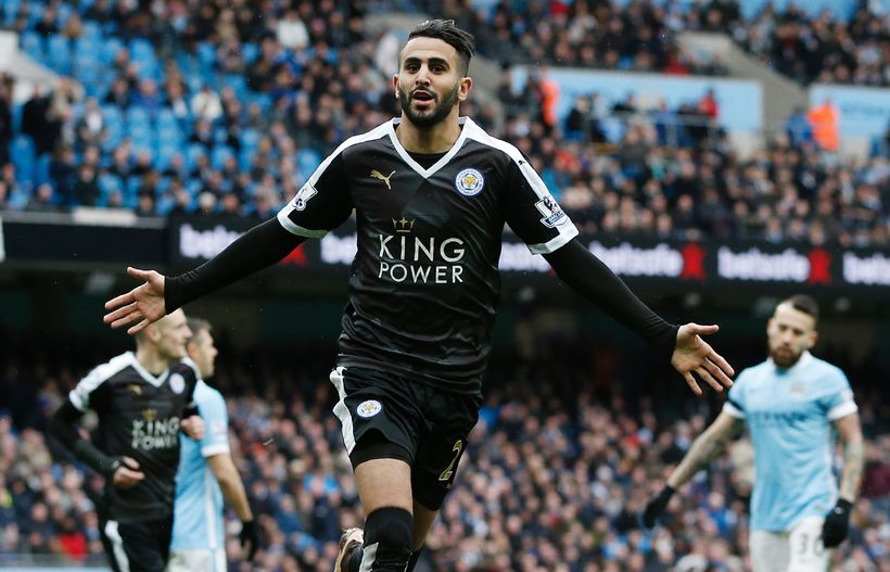 Riyad Mahrez fagnar marki með Leicester.