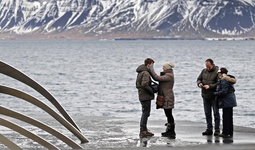 Útlit er fyrir 300 þúsund fleiri ferðamenn í ár en ...