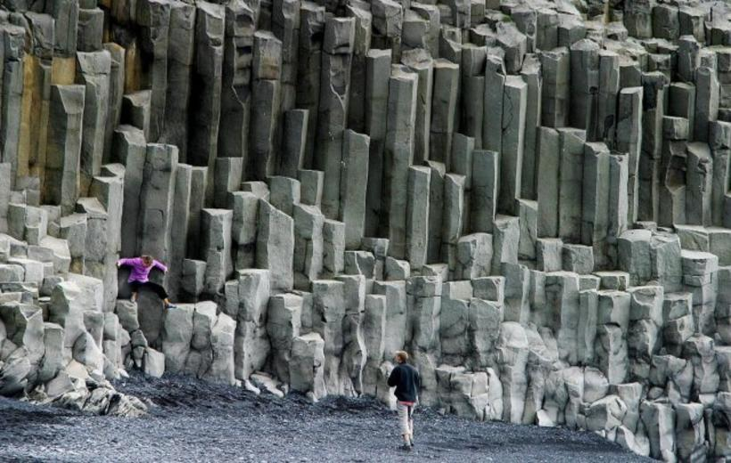 Basalt Columns Iceland : Reynisfjara beach death the wave hit basalt columns