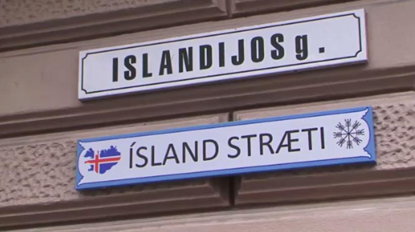 Svona leit gamla skiltið út áður en Iceland Monitor gat ...