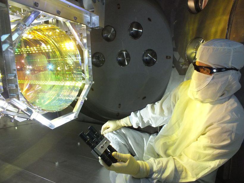 Vísindamaður hlúir að LIGO-mælitækinu sem nam þyngdarbylgjur í fyrsta skipti ...