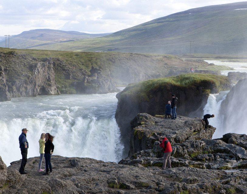 Ferðamenn við Goðafoss.