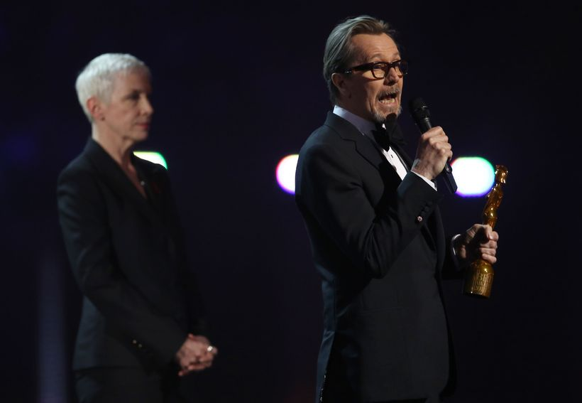 Gary Oldman tekur á móti verðlaunum David Bowie.