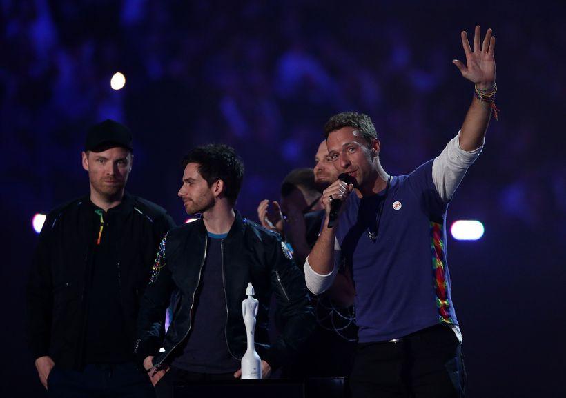 Breska sveitin Coldplay tekur á móti sínum verðlaunum.