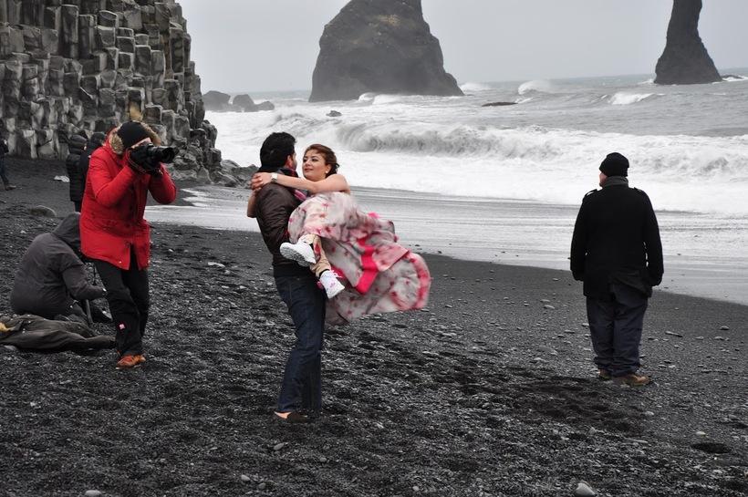 A photographer shoots wedding photos at Reynisfjara beach despite warnings …