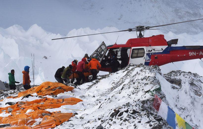 Björgunarþyrla sækir slasaðan fjallgöngumann á Everest-fjall.