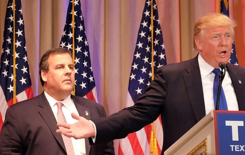 Chris Christie, ríkisstjóri New Jersey, við hlið Donalds Trump í ...