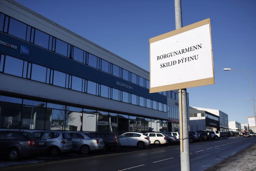 Skilti höfðu verið hengd upp fyrir utan höfðustöðvar Borgunar í ...