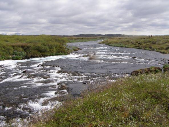Horft til norðurs að fyrirhuguðu stíflustæði. Lón yrði í farvegi ...