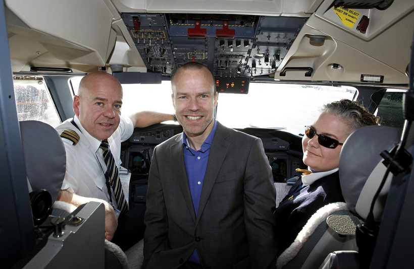 Árni Gunnarsson, CEO of Air Iceland, with the flight crew.
