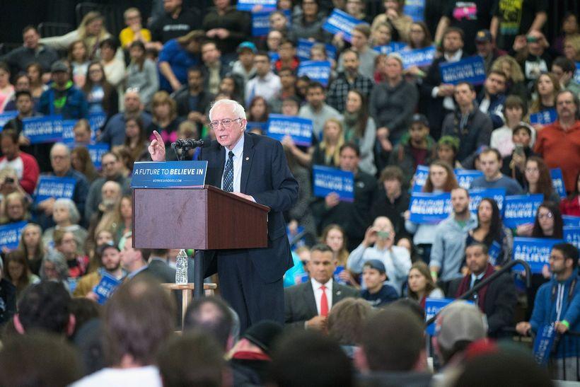 Bernie Sanders á fjölmennum baráttufundi í Warren, Michigan.