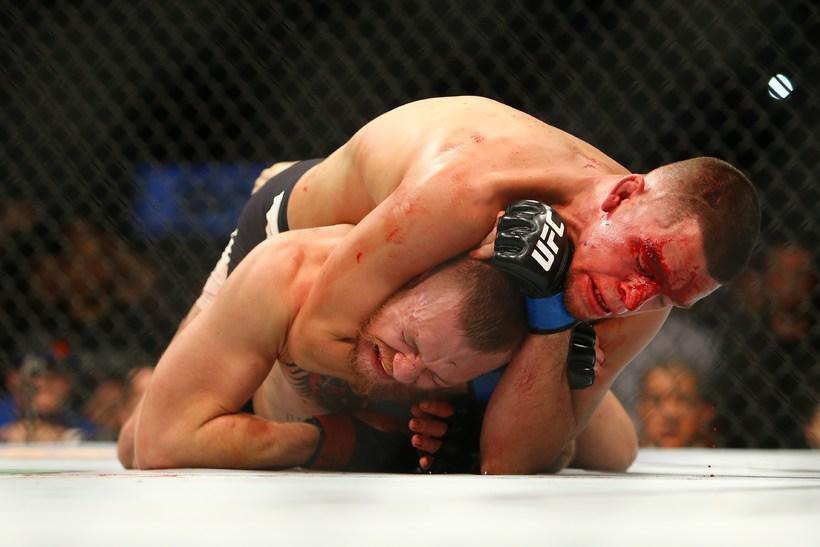 Nate Diaz sést hér tryggja sér sigurinn gegn Conor McGregor.