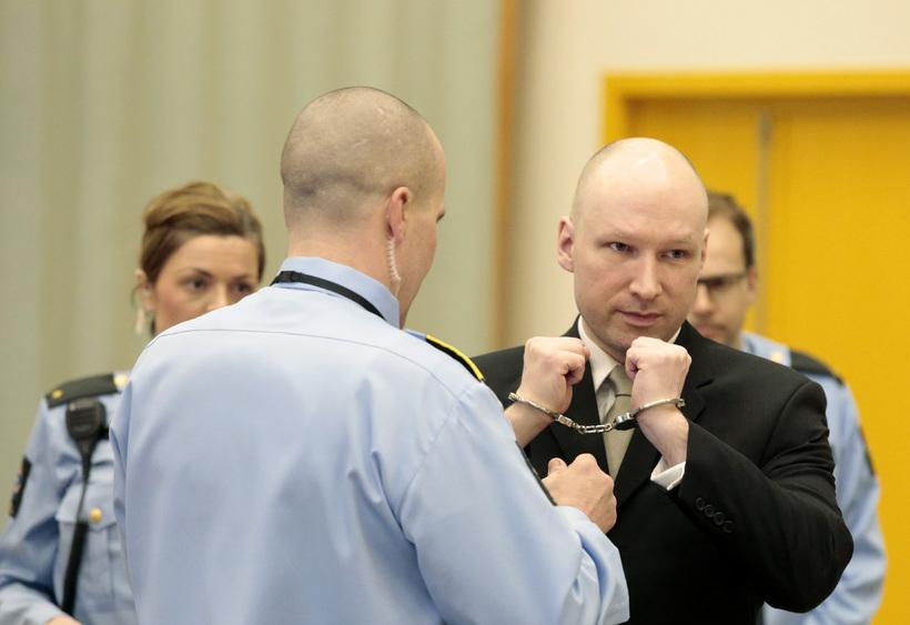Handjárnin tekin af Breivik í réttarsalnum.