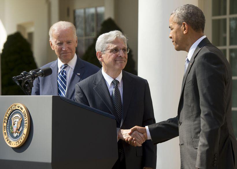 Merrick Garland tekur í hönd Baracks Obama fyrir utan Hvíta ...