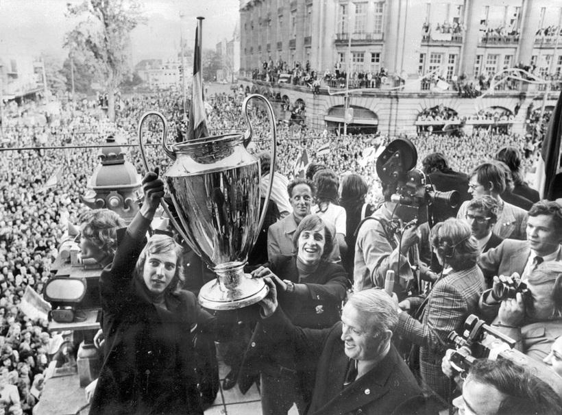 Johan Cruyff fyrir miðju með Evrópubikarinn eftir sigur Ajax í …
