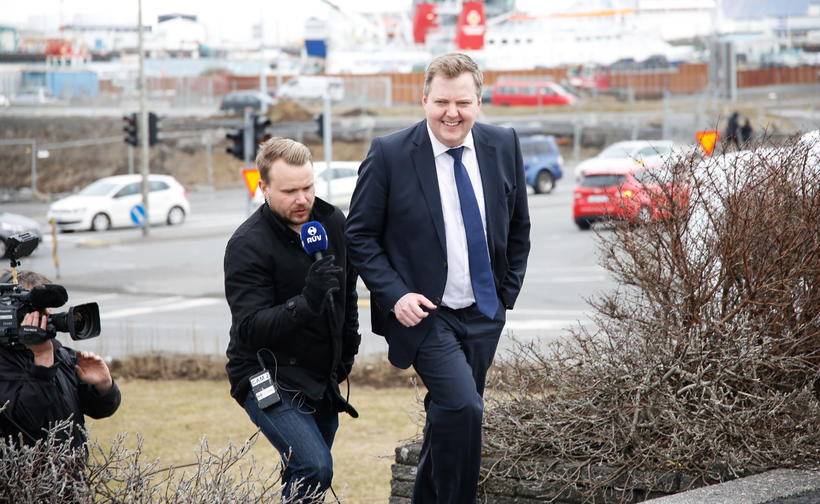 Sigmundur Davíð á leið inn í Stjórnarráðið 5. apríl 2016.