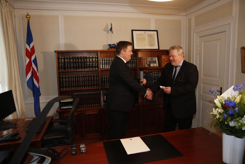 Ex-PM Sigmundur Davíð Gunnlaugsson hands over to incoming PM Sigurður …