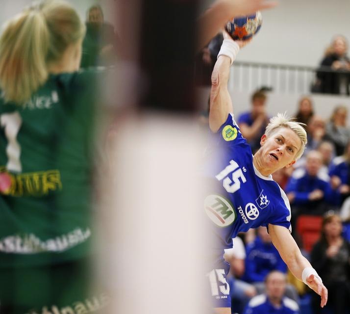 Hanna Guðrún Stefánsdóttir skorar fyrir Stjörnuna á Ásvöllum í kvöld.