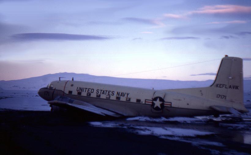 C-117 herflugvélin á Sólheimasandi áður en öll verðmæti úr henni ...