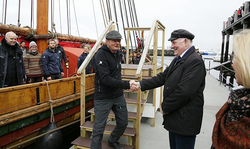 Gísli Gíslason greeting the crew.