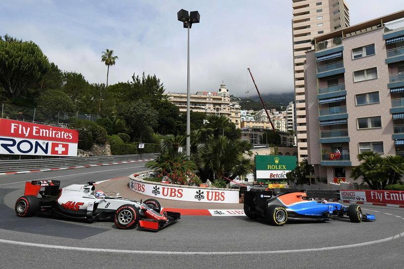 Pascal Wehrlein hjá Manor og Romain Grosjean hjá Haas í ...