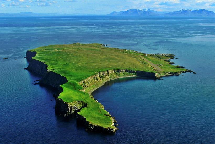 Grímsey er um fimm kílómetrar í heildarlengd og er strætóferðin ...
