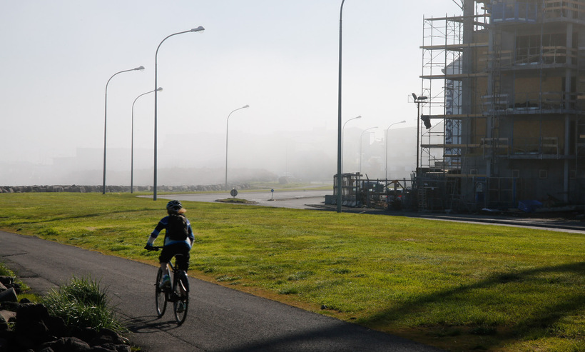 Thick fog at Sæbraut this morning.