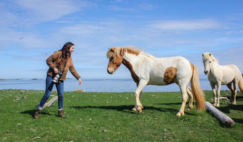 Photographer Gígja Einarsdóttir with the horses.