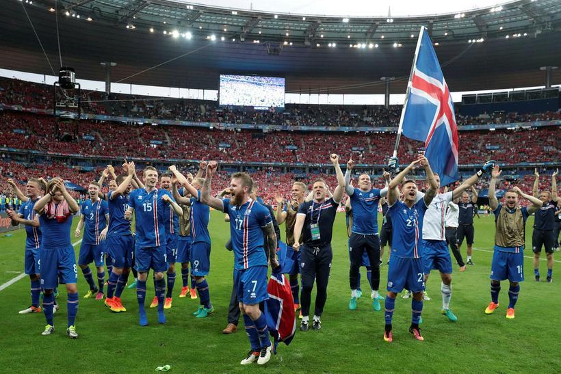 Íslenska liðið þakkar veittan stuðning á Stade de France, þjóðarleikvangi …