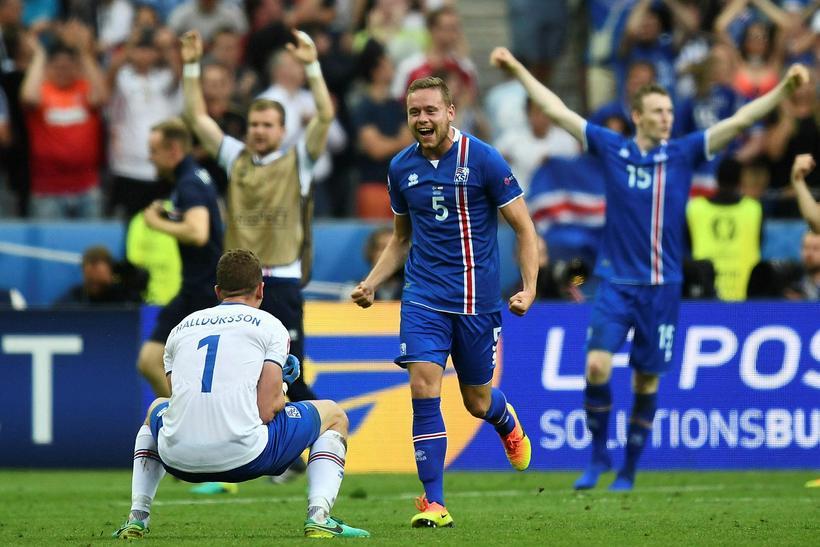 Hannes Þór Halldórsson fagnar og Sverrir Ingi Ingason kemur askvaðandi …