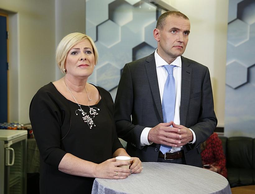 Halla Tómasdóttir og Guðni Th. Jóhannesson fylgjast með fyrstu tölum ...