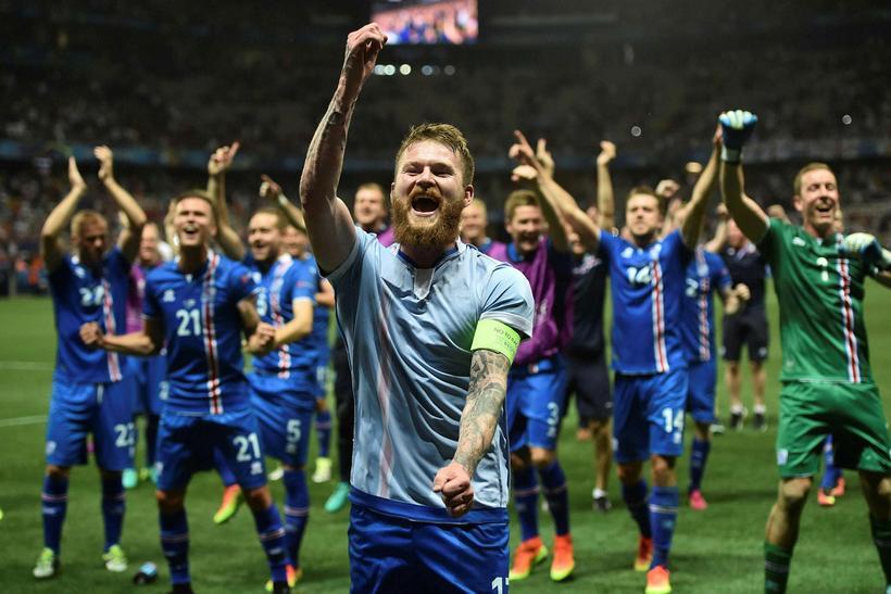 Aron Einar Gunnarsson fer fyrir fögnuði Íslands í lokin.