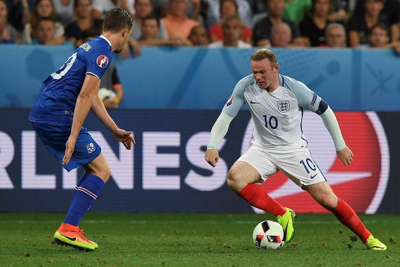 Wayne Rooney freistar þess að komast framhjá Gylfa Þór Sigurðssyni ...