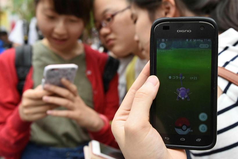 Skólastúlkur í Japan spila hér Pokémon Go. Foreldrar einhverfra íslenskra ...