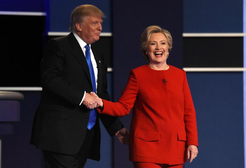 Donald Trump og Hillary Clinton takast í hendur að kappræðunum ...