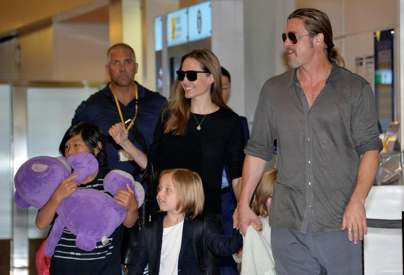 Brad Pitt og Angelina Jolie með börnin á meðan allt ...