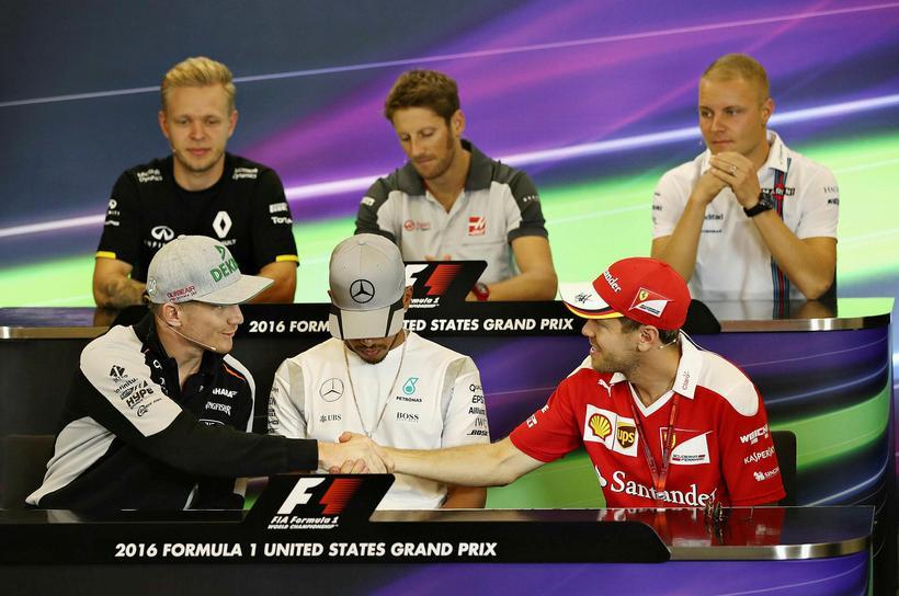 Nico Hülkenberg og Sebastian Vettel heilsast á blaðamannfundi fyrir keppni ...