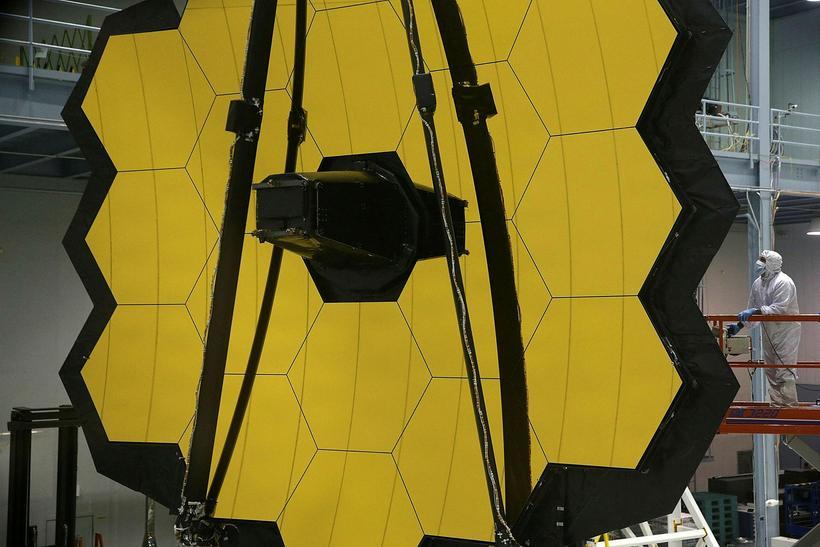 Tæknimaður NASA við risavaxinn spegil James Webb-geimsjónaukans.