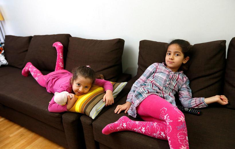 Slakað á heima í stofu, systurnar Sara og Maria.