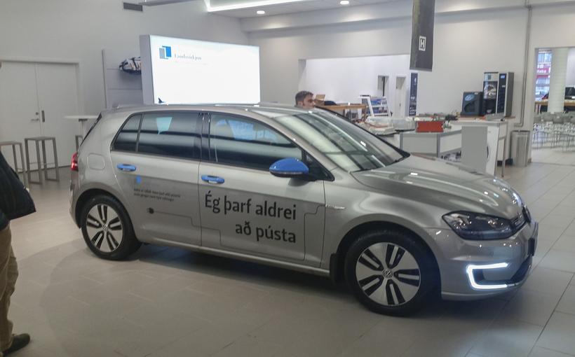 Rafbíllinn VW e-Golf sem erí eigu Landsvirkjunar rennir í hlað ...