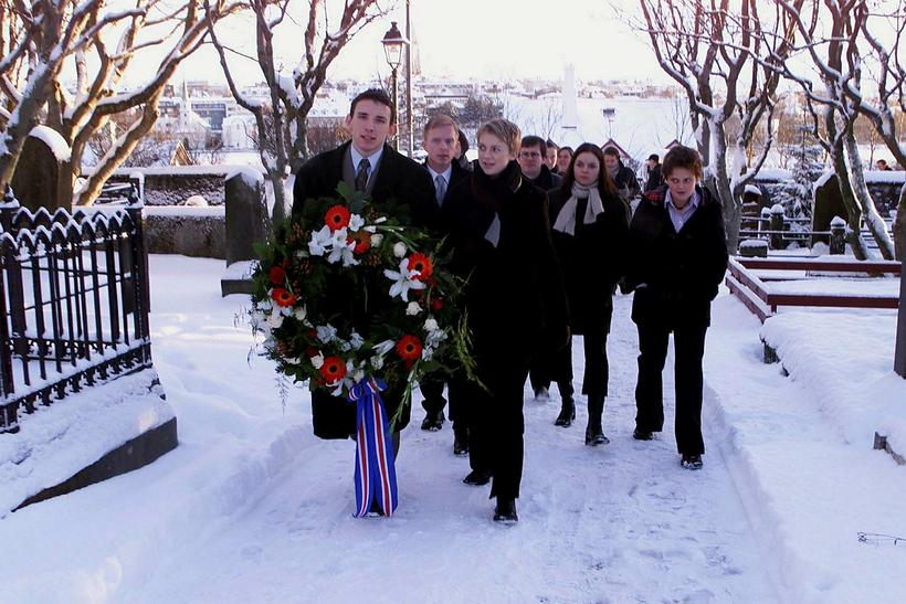Icelandic students laying a wreath at the grave of Jón ...