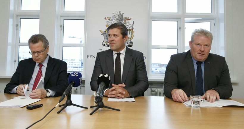 Governor of the Central Bank of Iceland Már Guðmundsson (left), ...