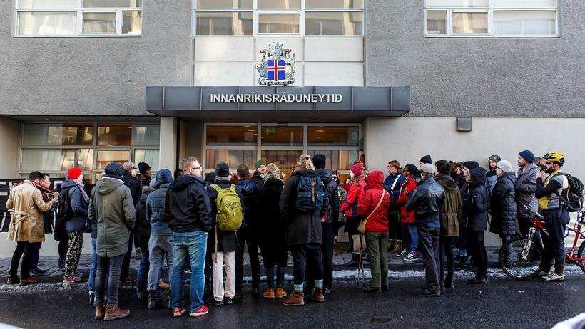 Brottvísun hælisleitenda mótmælt við innanríkisráðuneytið í Reykjavík.