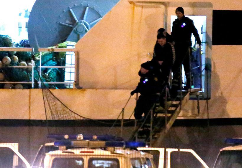 Lögreglan flytur skipverja af Polar Nanoq.