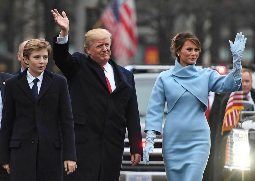 Melania Trump ásamt Donald Trump og syni þeirra. Dragtin er …