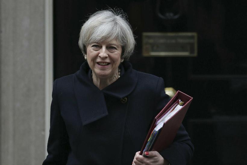 Theresa May, forsætisráðherra Bretlands, yfirgefur skrifstofu sína og heldur til ...